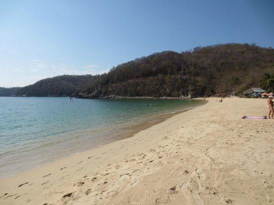 Binniguenda All Inclusive: Beach with hotel beach club, only a 5 minute walk