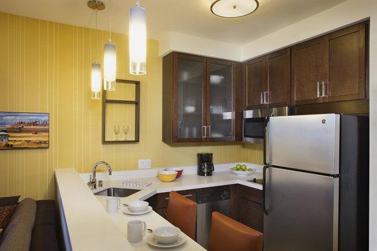 Residence Inn Tustin Orange County: Suite kitchen