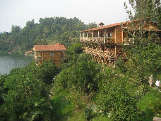 Cormoran Lodge: Vue vers le bâtiment principal (restaurant)