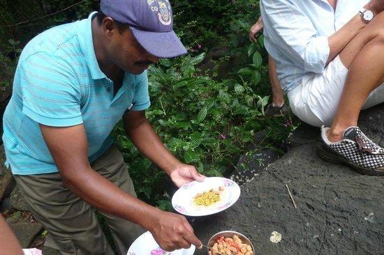 Tamarin Falls: LE REPAS SERVI PAR NOTRE GUIDE JAY