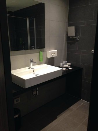 XO Hotels Park West: Bathroom
