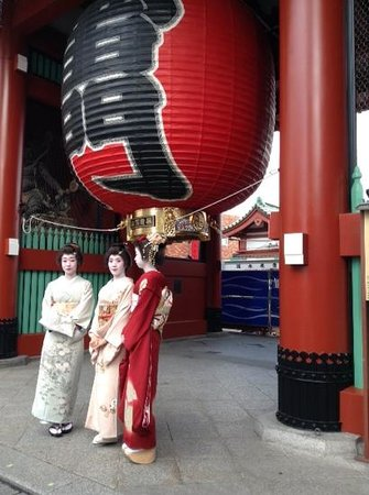 Senso-ji Temple: japanese ladies in kimono