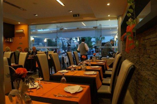 A Vela Branca: modernes gemütliches Lokal