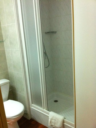 Hotel Center : Douche, Chambre grand confort