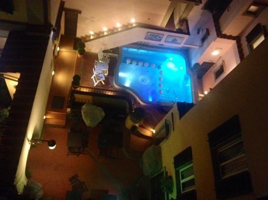 Hotel Rivoli : vista dalla camera sul giardino interno con vasca