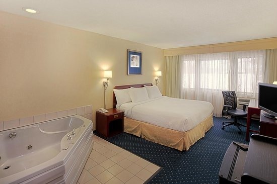 Quality Inn & Suites Valparaiso : King Guest Room with Whirlpol