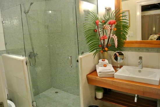 Monte Azul: The bathroom and fresh floral arrangement
