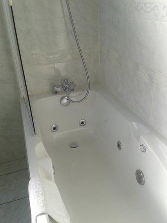 Hostellerie du Chapeau Rouge: baignoire à jet d'eau très agréable, ne pas trop bouger sinon on éclabousse tout !