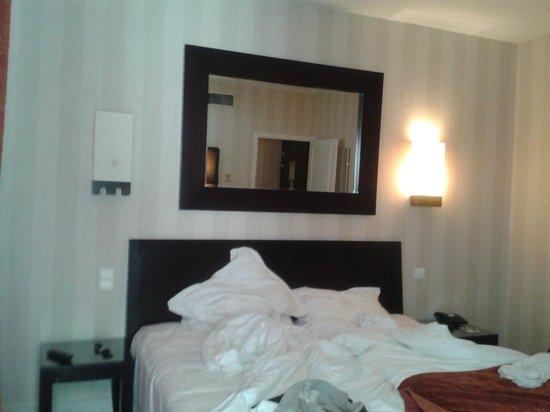 Hostellerie du Chapeau Rouge: désolé photo prise le matin, bonne literie et des oreillers en plus dans le placard