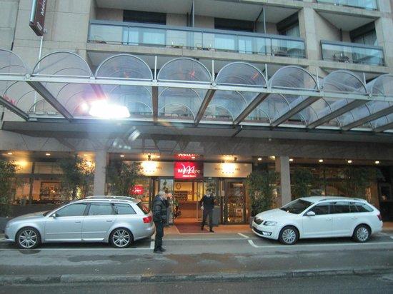 Mercure Plaza Biel : вход в отель