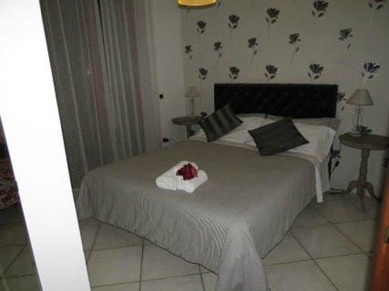Certe Notti: Grand lit confortable dans chambre séparée