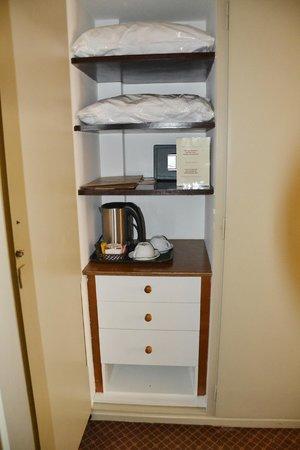Coral Hotel Athens : Шкаф в номере