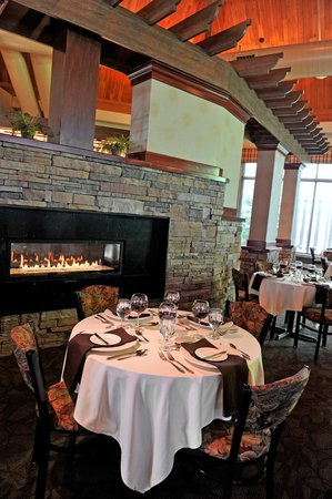 Horizons Restaurant & Lounge: Fireside dining with a view of Lake Erie.