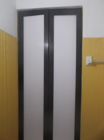Hotel Canada Internacional: Douche / Chambre 104.