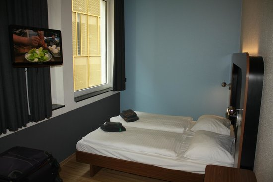 aletto Hotel Kudamm: Улучшенный номер с двуспальной кроватью и дополнительным диваном вполне просторен