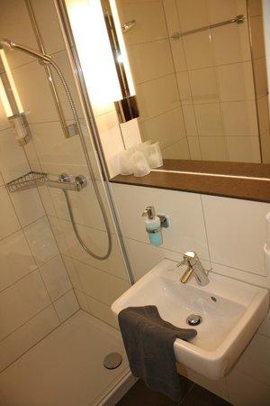 aletto Hotel Kudamm: Ванная очень тесная