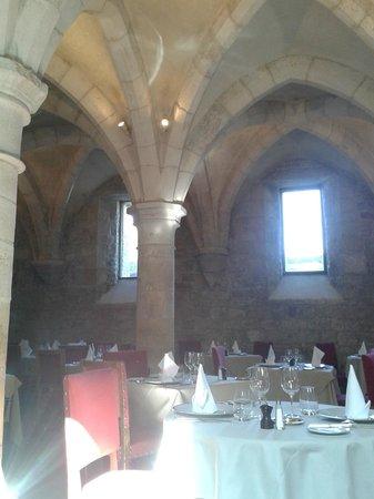 Chateau de Gilly: la salle de restaurant dans les anciens celliers