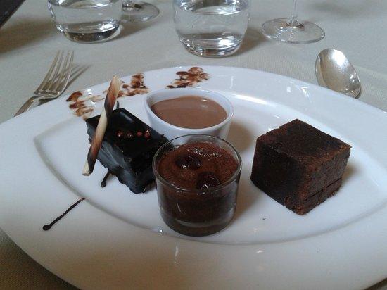 Château de Gilly : quatuor de chocolat dont un gâteau avec des baies roses (merveilleuse découverte gustative !)