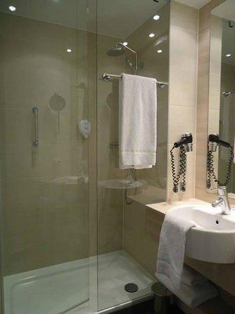H2 Hotel Berlin Alexanderplatz: Bathroom