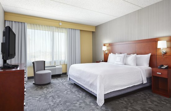 Courtyard Phoenix North/Happy Valley: King Suite Bedroom