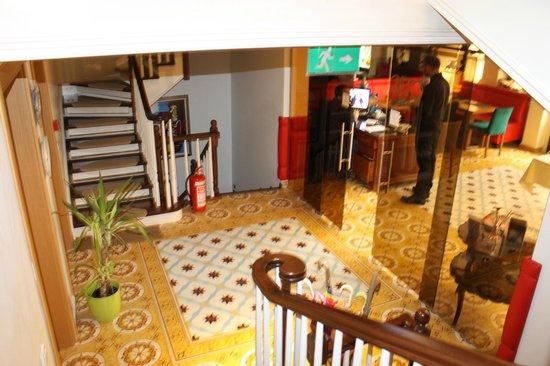 ottopera Hotel : Via de hal naar de slaapkamers