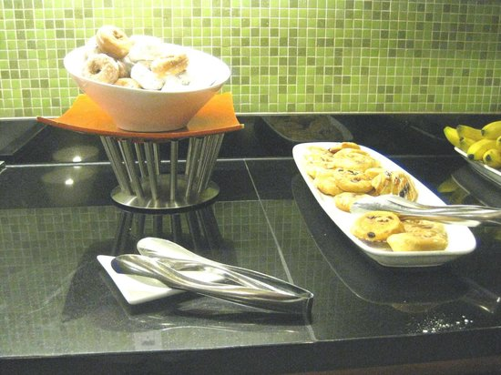 Hyatt Place Miami Airport-West/Doral: Free breakfast buffet - dunuts & danish