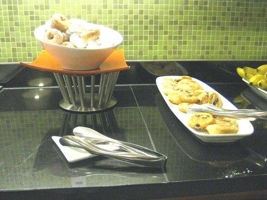 Hyatt Place Miami Airport-West/Doral: Free breakfast buffet - dunuts & danish