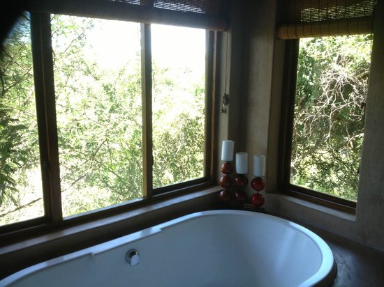 Waterbuck Game Lodge: Room includes bathtub and indoor and outdoor shower