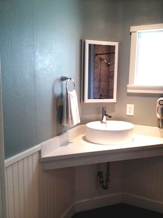 Ocean Echo Inn & Beach Cottages: New Bathroom
