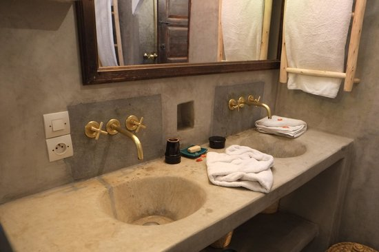 Riad Shambala : Twin taps and wash basins in senior suite