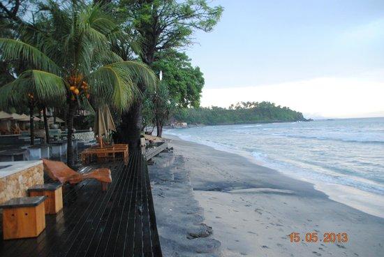 Qunci Villas Hotel : chaises longues sur la plage