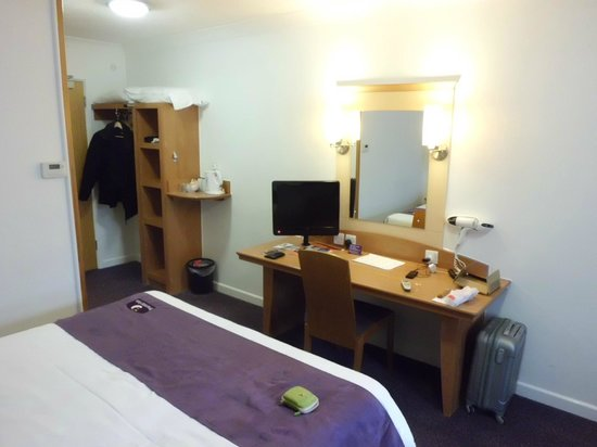 Premier Inn Dover (A20) Hotel : Bureau, hair dyer, mirror, it's all there.