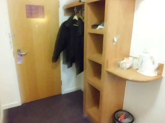 Premier Inn Dover (A20) Hotel : More than enough storage space.
