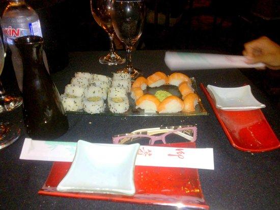 Metasushi : tuna roll y niguiri de salmon