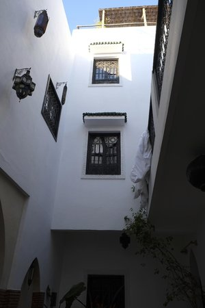 Riad Shambala: View looking up from courtyard