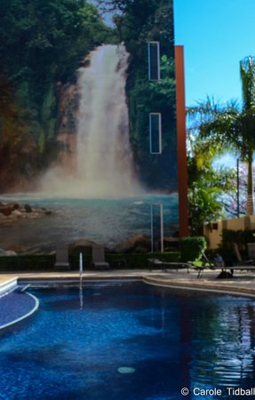 Hotel Holiday Inn Express San Jose Forum Costa Rica: The waterfall mural by the pool.