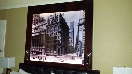 The Algonquin Hotel Times Square, Autograph Collection: Picture over the bed