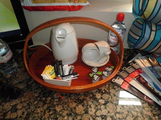 Mayflower Hotel : carina la possibilità di prepararsi del thè o del caffè