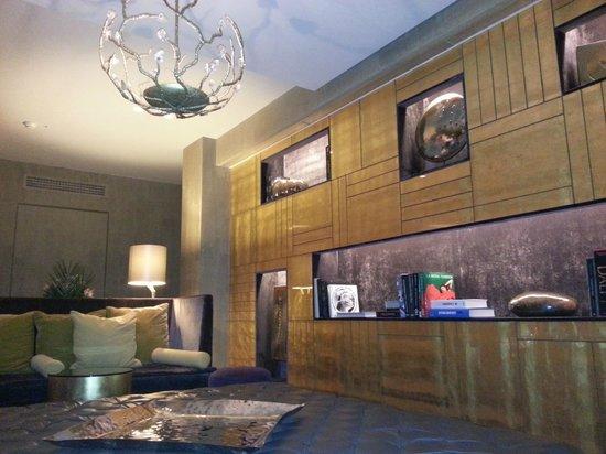 Rosa Grand – Starhotels Collezione : холл рядом с баром в холле отеля