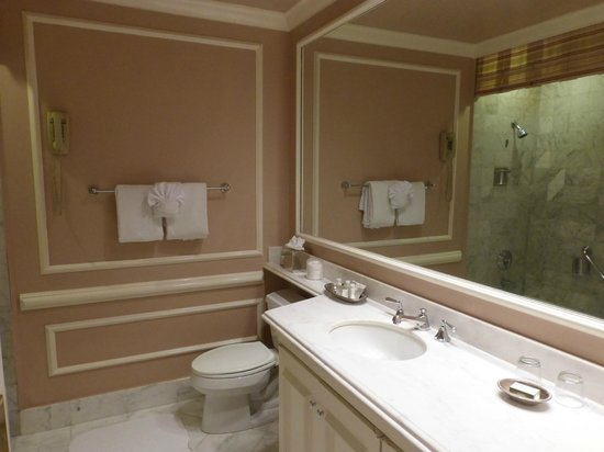 Spindrift Inn: Large bathroom