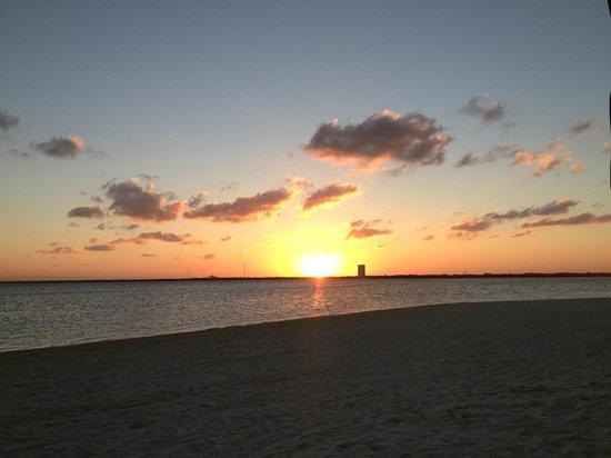NIZUC Resort and Spa: Sunset from the main beach