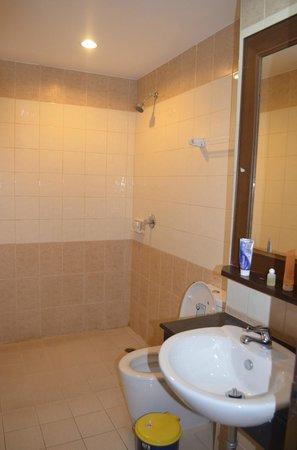 YK Patong Resort: Ванная комната
