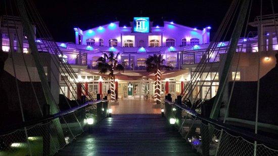 Aparthotel Paradise Island: hotel de l'intérieur de nuit