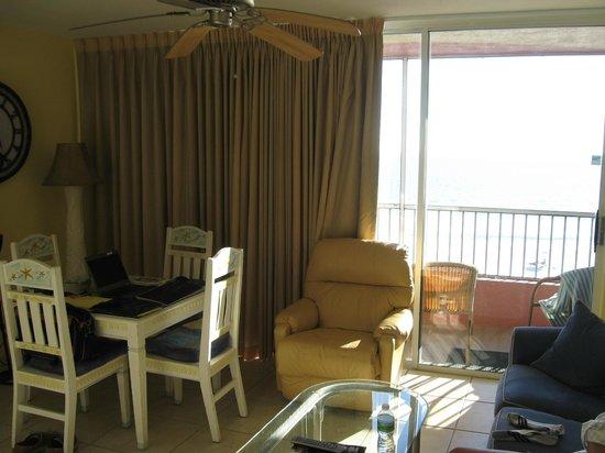 Casa Playa Resort: Living/dining area, Room 401