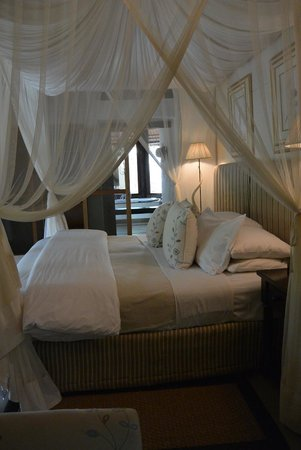 Londolozi Founders Camp : Bed with mosquito canopy tied up