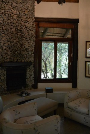 Londolozi Founders Camp: Fireplace and seating area in room