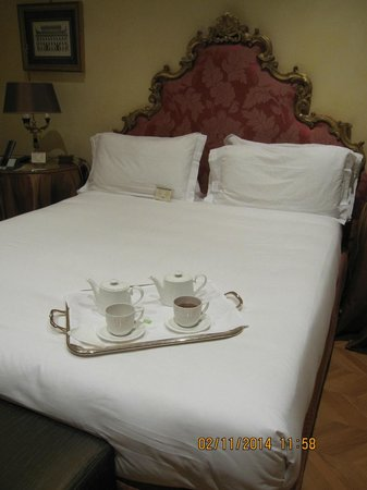 Hotel Villa Duse : clean  bedsheet and firm bed.