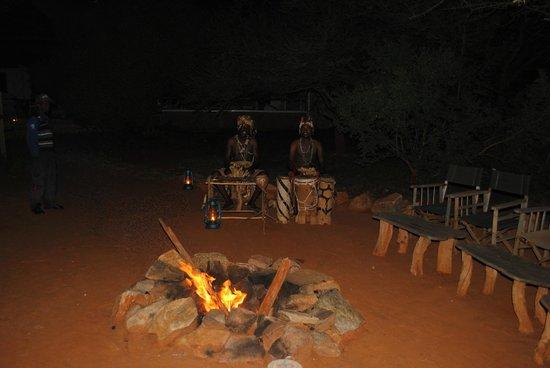 Tsavo Mashariki Camp : Romantica cena ... sotto un cielo stellato