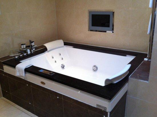 The Fairview: Super Bath