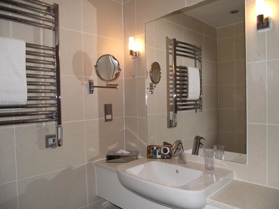Broome Park Golf and Country Club: Family bathroom
